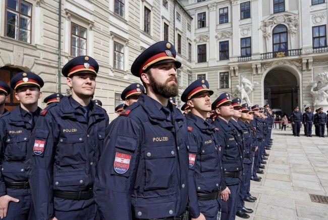 Am Platz in der Burg wurden 184 neue Polizistinnen und Polizisten für Wien angelobt