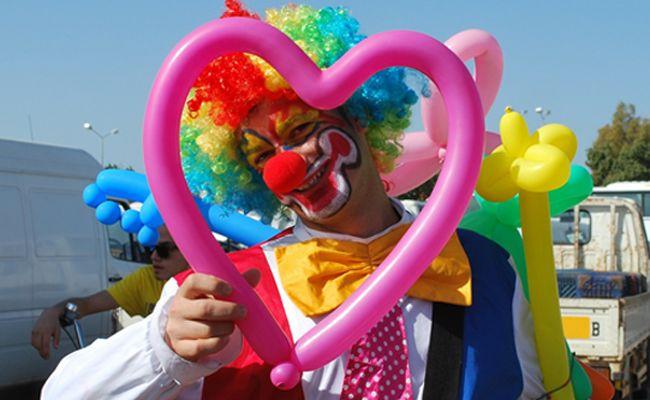 Zauberer und Clowns sorgen mit ihrem Programm für Lacher.