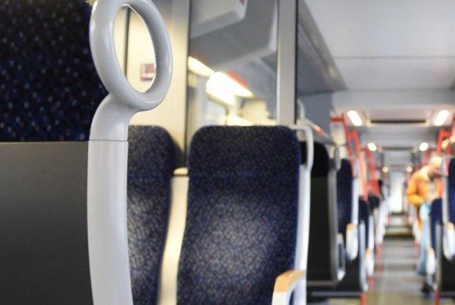 Ein jugendliches Täter-Trio hat in einer S-Bahn einen schlafenden Obdachlosen attackiert.