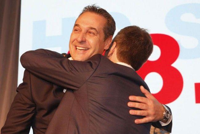Umarmungen und Bussis gab es für Strache nach der Wiederwahl.