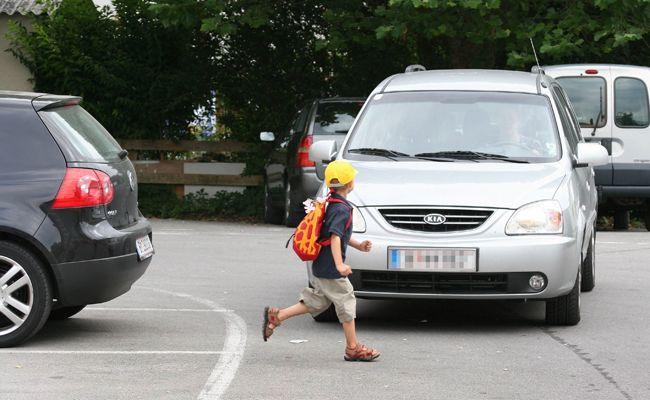 Der Bub soll zwischen zwei parkenden Fahrzeugen die Fahrbahn betreten haben.