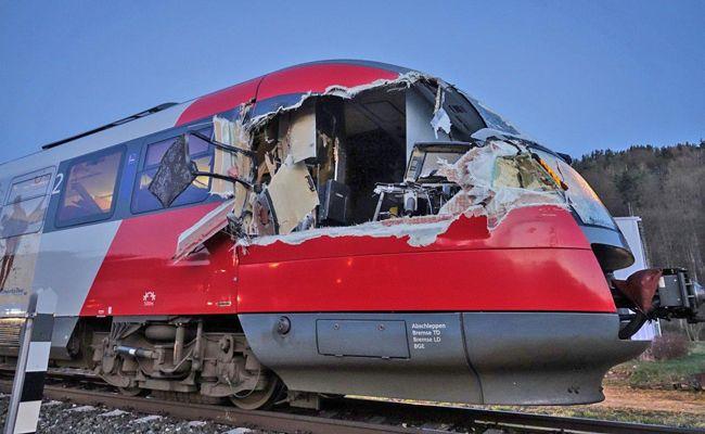 Der Zug wurde bei dem Unfall schwer beschädigt.