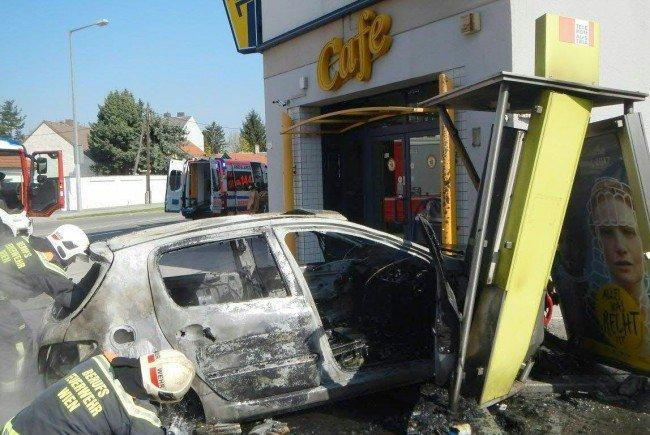 Ein Auto zerstörte am Sonntag eine der letzten Wiener Telefonzellen.