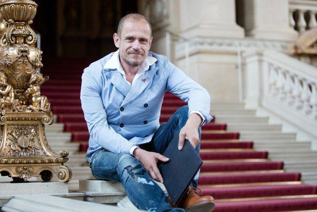 """Life-Ball-Mastermind Gery Keszler freut sich über die breite Unterstützung für das """"Life+ Celebration Concert"""" im Burgtheater."""