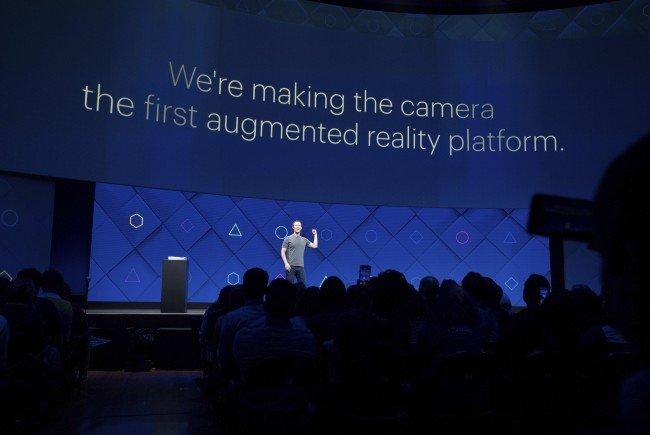 Mark Zuckerberg legt Focus auf die Kamera.