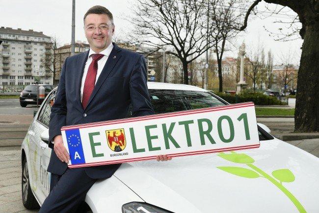 Verkehrsminister Jörg Leichtfried präsentiert die kommenden grünen Kennzeichentafeln für Elektroautos