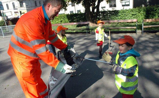 Groß und Klein machen beim Wiener Frühjahrsputz wieder gemeinsam die Stadt sauber.