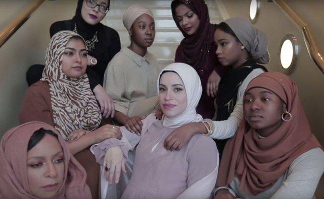 Mona Haydar (Mitte) rappt hochschwanger und mit Kopftuch für die Vielfalt und den Facettenreichtum aller Frauen.
