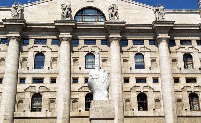 Die Mittelfinger-Skulptur von Maurizio Cattelan vor der Börse in Mailand.