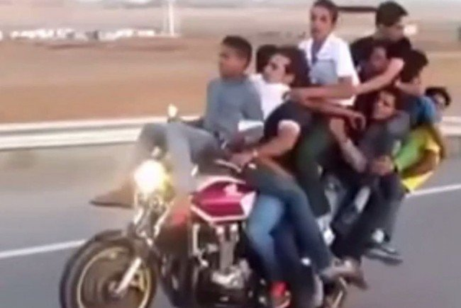 Wie viele Männer passen auf ein Motorrad?