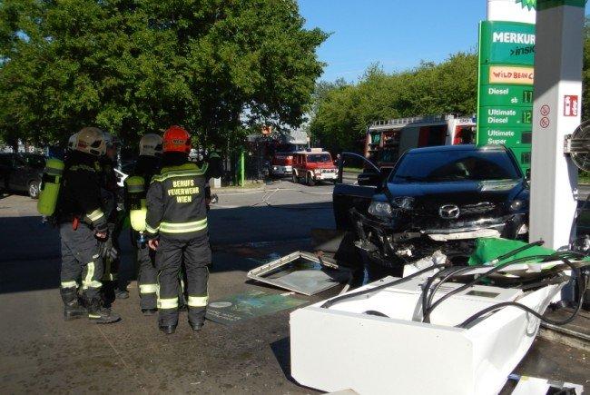 Am Donnerstag rammt ein PKW-Lenker eine Zapfsäule in Wien-Floridsdorf