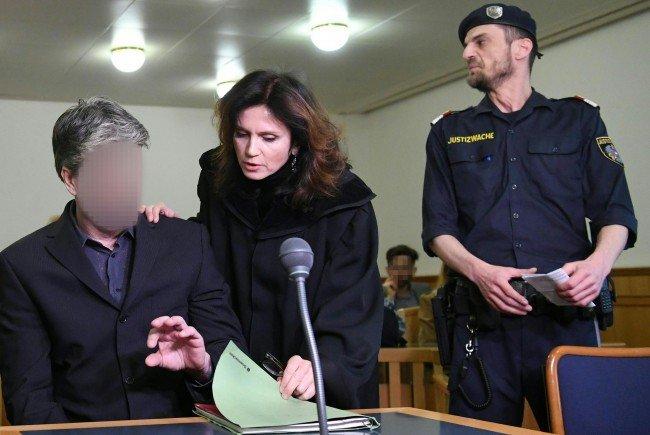Der Angeklagte (l.) und Verteidigerin Astrid Wagner (m.) am Donnerstag beim Prozess in Wien
