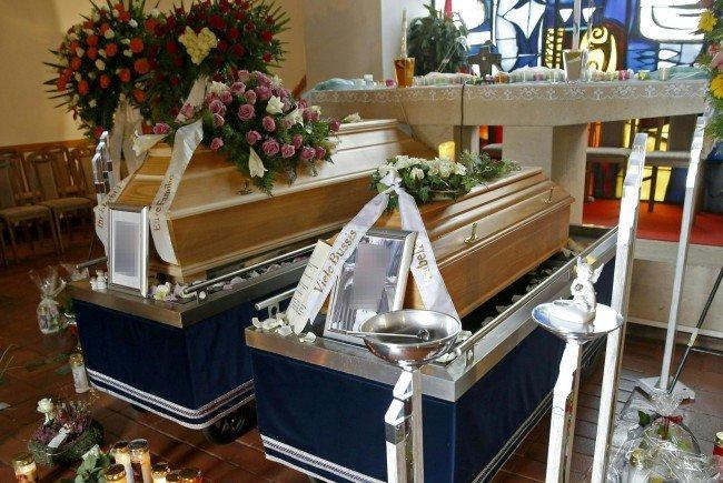 Bei der Beisetzung der beiden Getöteten.
