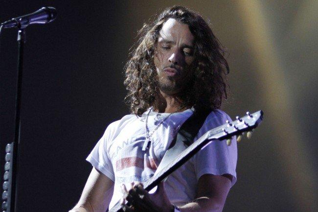 Der Soundgarden-Sänger Chris Cornell ist überraschend im Alter von 52 Jahren in Detroit gestorben.
