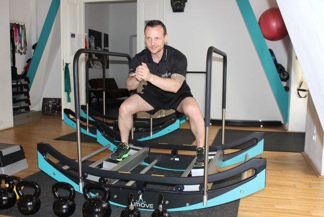 """Geschäftsführer Rony Mielnikowicz zeigt die Übungen auf dem """"Dimove""""-Gerät."""