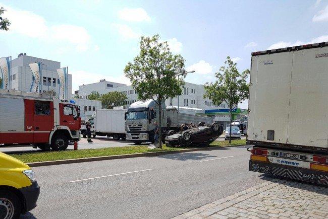 Ein Auto kam nach einem Unfall in Wien-Floridsdorf auf dem Dach zum Stillstand.