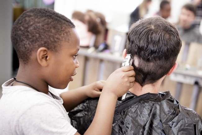 """Gut besucht: """"Haircuts by Children"""" im Zuge der Wiener Festwochen"""