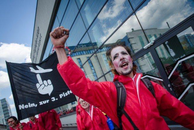 Beim Protest gegen die 3. Piste am Flughafen Wien