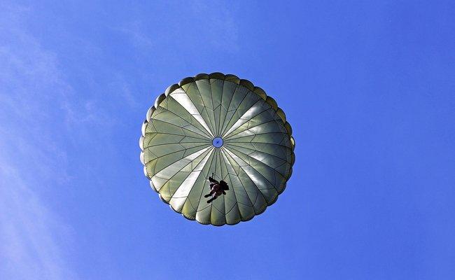 Mit dem Drohnen-Fallschirmsprung wurde womöglich ein neuer Fun-Sport kreiert.