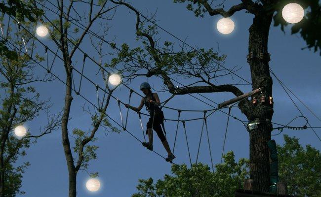 Auf bis zu 20 Metern Höhe kann in den von vielen hunderten Lampions beleuchtet Baumwipfeln geklettert werden.
