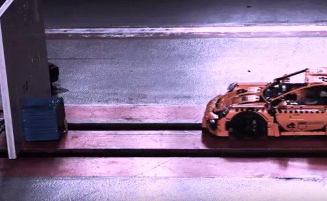 Dieser Lego Technik Porsche fährt gleich gegen die Wand.