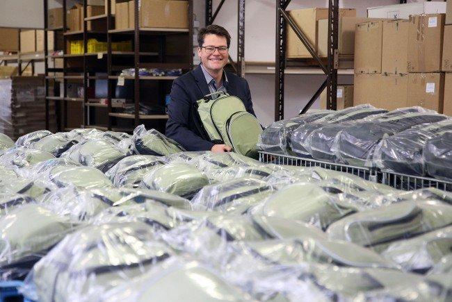 Jürgen Czernorszky in der MA54, wo die Wickelrucksäcke für die Wiener Familien fertig gestellt werden