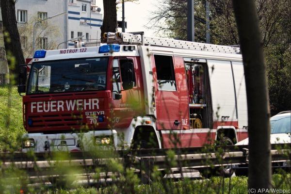 Feuerwehrleute holten die verletzte Frau aus dem Wrack