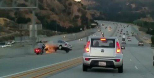 Unfassbar: Fußtritt löst Riesen-Crash auf dem US-Highway aus