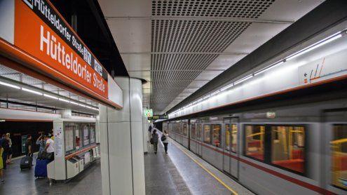 91-Jährige stürzt auf U3-Gleise