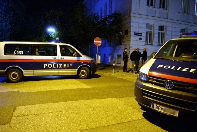 Die Polizisten fanden bei dem Mann in Wien-Simmering diverse Waffen und Drogen.