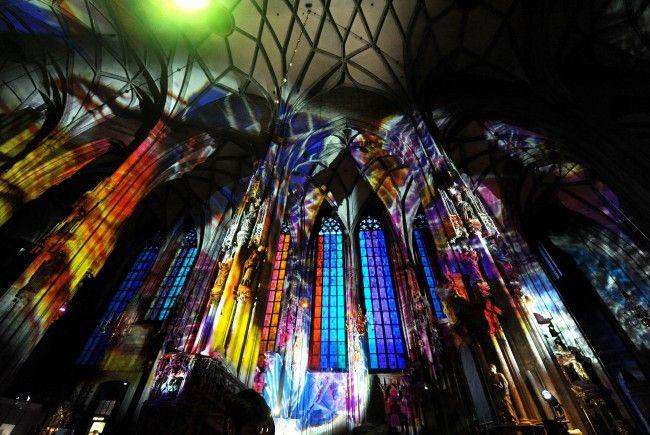 """Bei der """"Langen Nacht der Kirchen"""": eine Licht-Installation den Kirchenraum des Wiener Stephansdoms"""