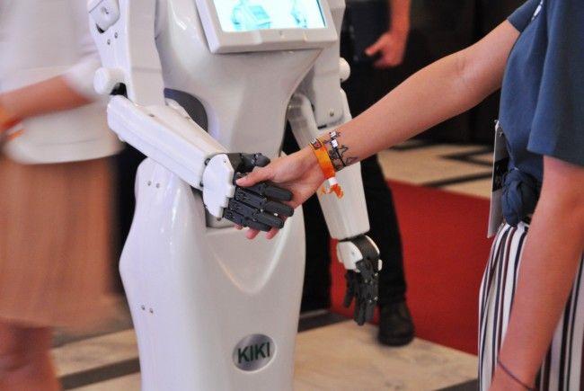 Auch Roboter knüpfen Kontakte: KIKI begrüsst die Gäste am Pioneers Festival.