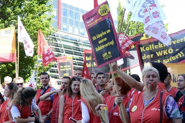 Gewerkschafter der GPA demonstrieren vor der WKÖ