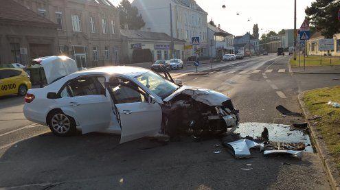 Unfall am Siegesplatz in Wien- Donaustadt: Insassen verletzt