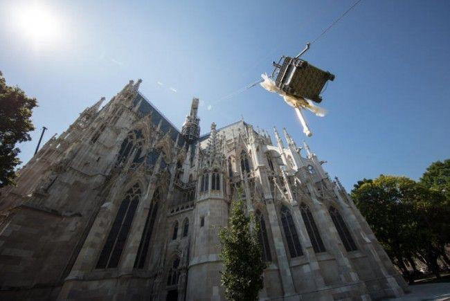 Renovierung der Wiener Votivkirche mit Aufsetzen des Kreuzes auf den Vierungsturm.