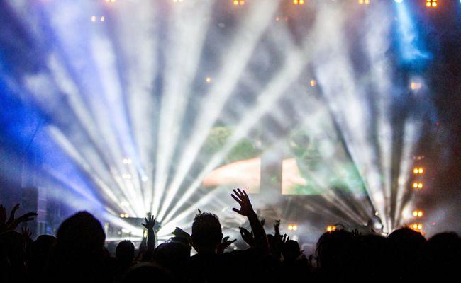 Party-Feeling bei der spark7/KRONEHIT Bühne mit vielen Acts und DJs.