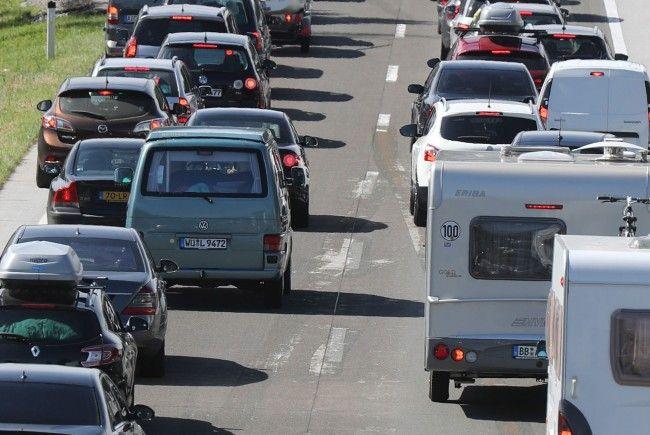 Die Sommerferien starten und die Staus auf den Autobahnen werden länger.