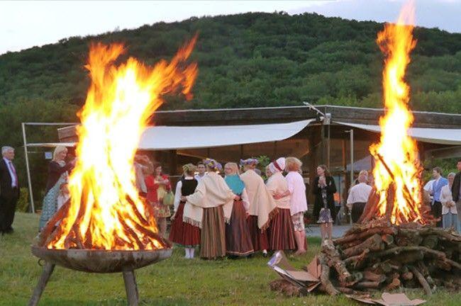 Am Himmel wird ein Sonnwendfeuer entzündet