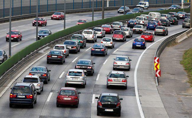 Auf der Westautobahn kam es Dienstagfrüh zu einem kilometerlangen Stau nach einem Unfall.