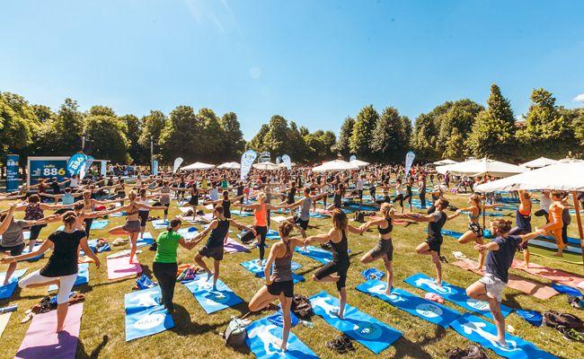 Mehr als 5.000 Yogis und Yoginis trafen sich im Wiener Augarten.