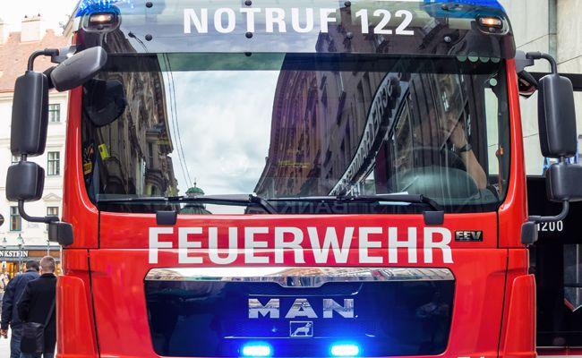 Die Feuerwehr musste den eingeklemmten Lenker befreien.