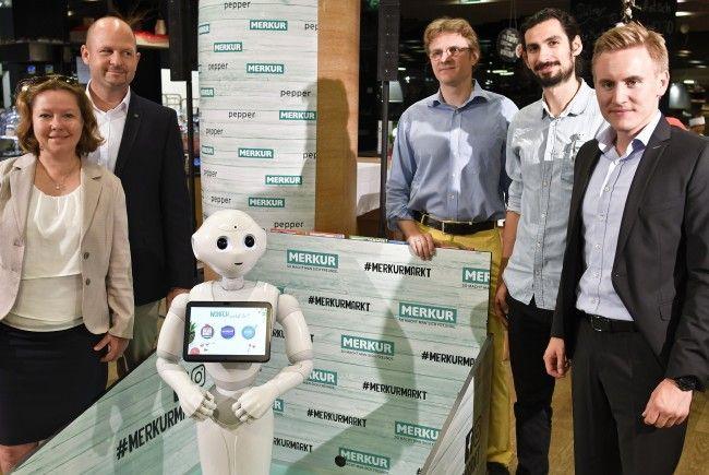 """Bei der Präsentation von Roboter """"Pepper"""" in Wien"""
