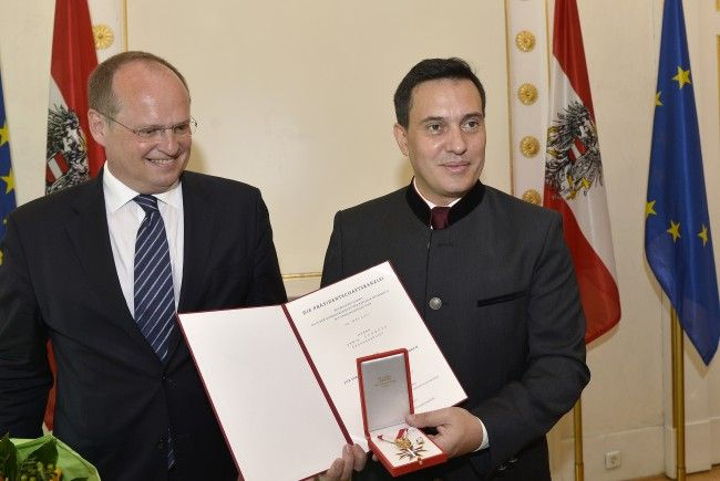 Opernsänger Erwin Schrott und Christian Kircher (l.) bei der Verleihung im Bundeskanzleramt in Wien