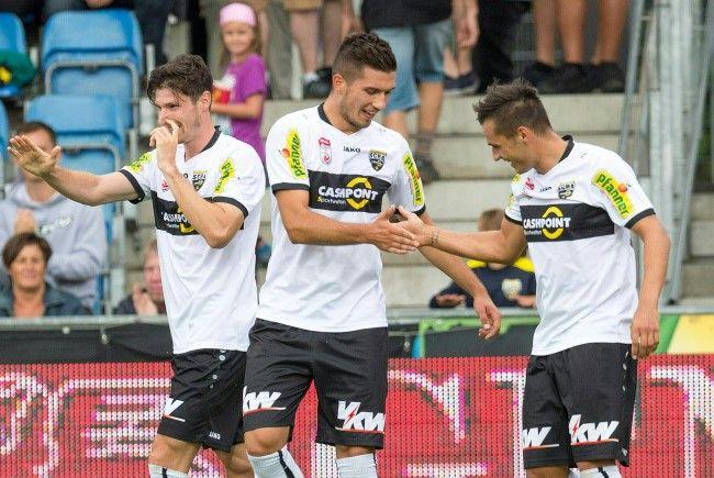 (v.l.) Adrian Grbic (m./Altach) und Kristijan Dobras (r./Altach) jubeln beim Spiel gegen Austria Wien