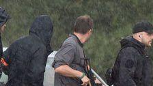 Kettensägen-Mann trug zwei Armbrüste bei sich