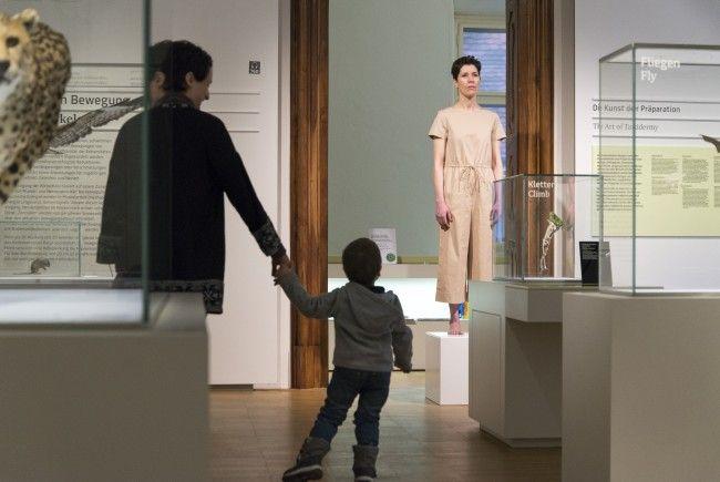 Performancekünstlerin Eva Mendes wird im Naturhistorischen Museum selbst zum Exponat