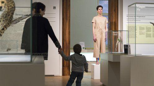 Künstlerin als Ausstellungsobjekt im Naturhistorischen Museum