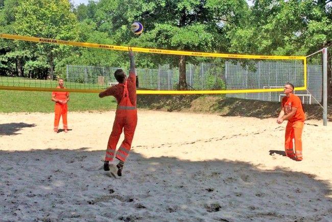 Team in Orange sorgt für eine saubere Beach-Volleyball WM 2017