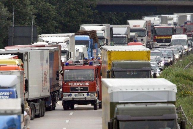 Der Reiseverkehr auf heimischen Straßen stockt