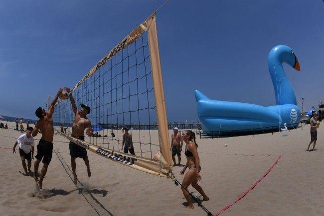 Rasant und actionreich - Beach-Volleyball ist eine der beliebtesten Sportarten während des Sommers.